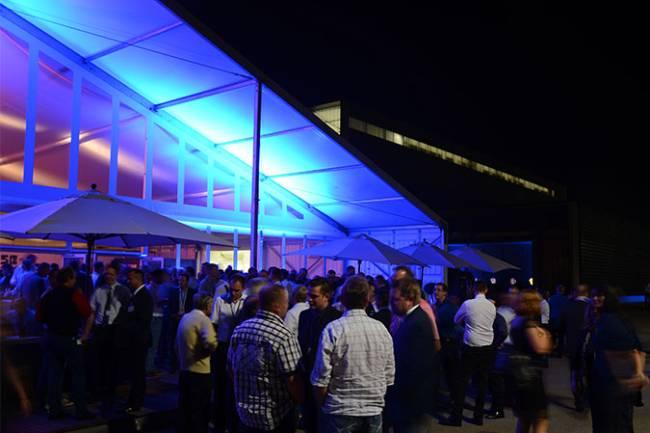 Spannende Lichtinstallationen in blau begeistern die Teilnehmer beim Networking.