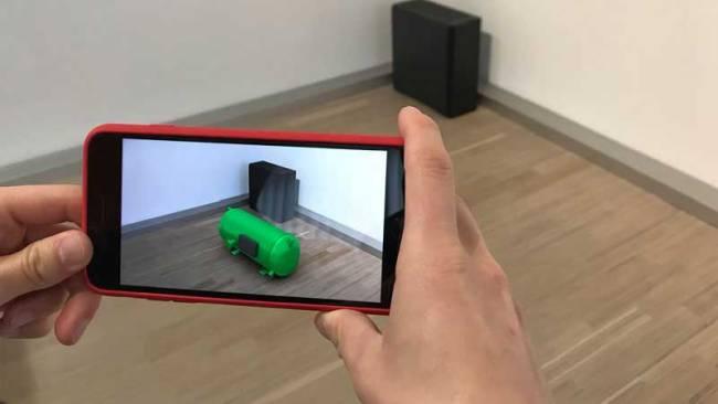 Person nutzt augmented reality auf dem Smartphone, um Unsichtbares sichtbar zu machen.
