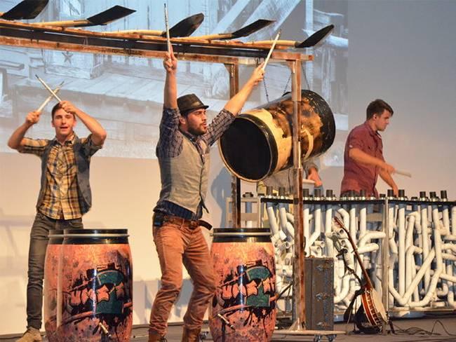 Die Trommler geben alles, um das Publikum mit zu reißen.
