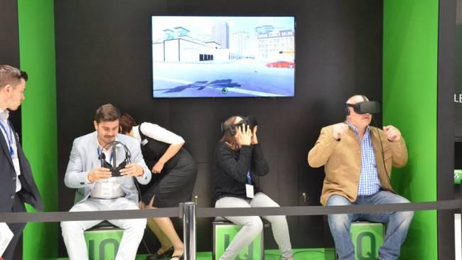 Personen nutzen 3D Brillen, um in eine neue Welt einzutauchen.