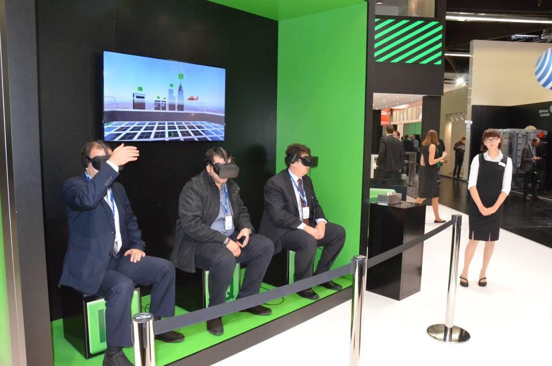 Drei Besucher der Messe nutzen die Virtual Reality Brillen von Bitzer, programmiert durch commacross.