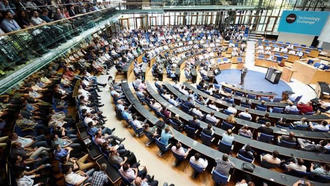 Das Plenum im Hauptraum im World Conference Center ist bestens besucht.