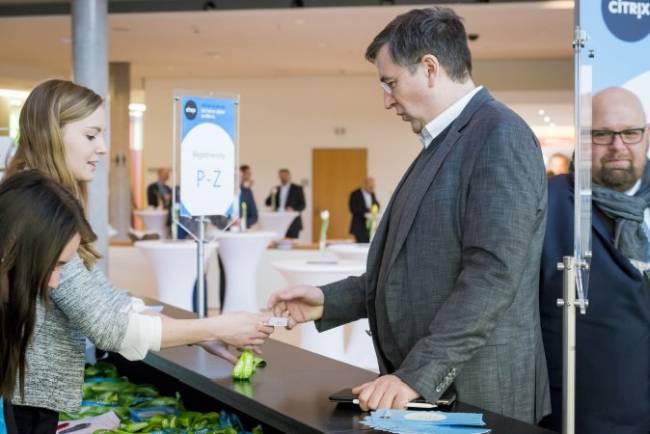 Ein Teilnehmer meldet sich an der Registrierung bei einem Citrix Event.