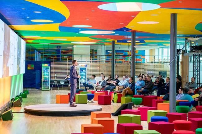 Ein Speaker hält einen Vortrag im bunt gestalteten Vision Track während der Citrix Technology Exchange.