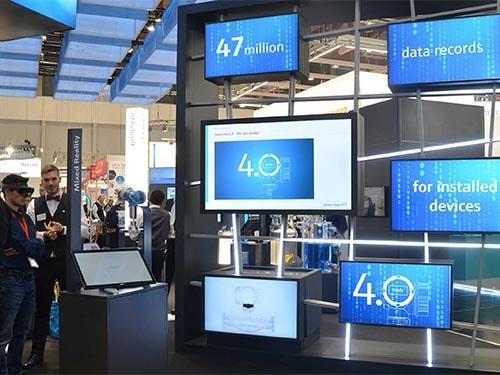 Digitale Installation mit mehreren Displays für moderne Messe-Kommunikation