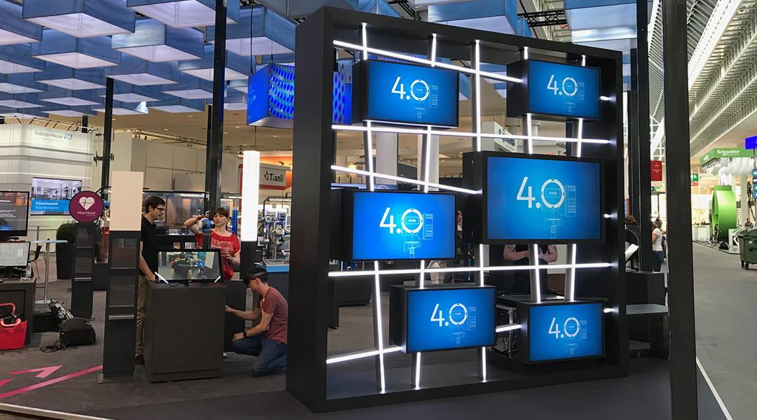 Messestanddesign mit digitalen Messemedien, LED-Filmen und Eyecatchern, große Praesentationsflaeche