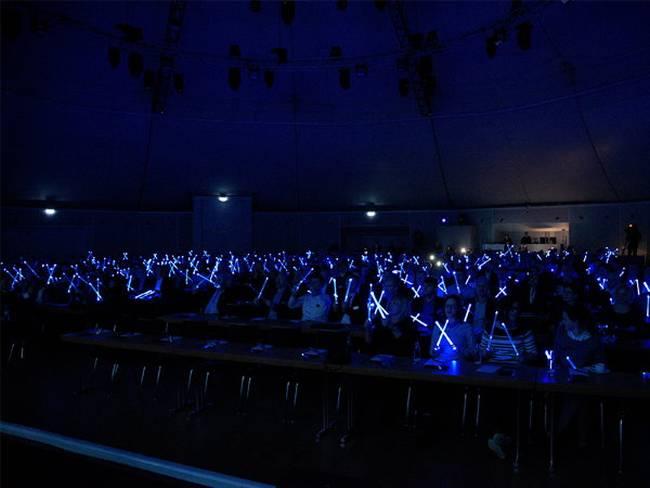 Alle Teilnehmer trommeln mit leuchtenden Drum-Sticks im Takt.