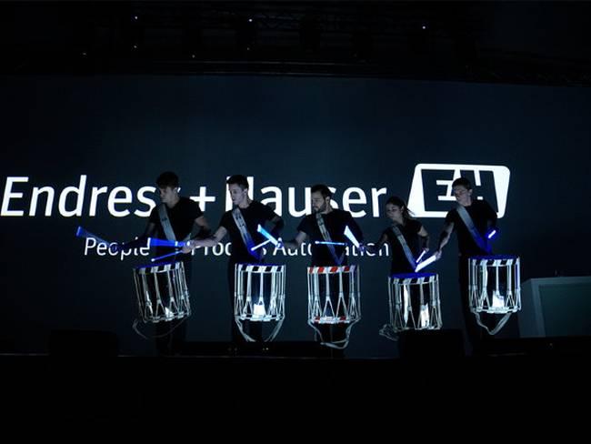 Leuchtende Trommeln und Drum-Sticks bei einer Endress+Hauser Veranstaltung.