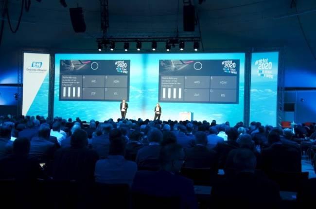 Endress+Hauser digitaler Vortrag vor großem Publikum.