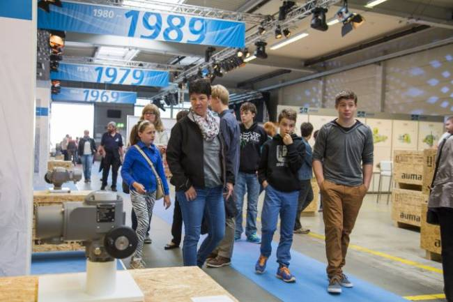 Interessierte Zuschauer begutachten die Ausstellung bei der NetApp Veranstaltung,.