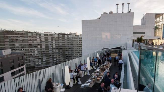 Ansicht einer Dachterasse in Lissabon bei einem NetApp Event. Die Gäste networken und haben Spaß.