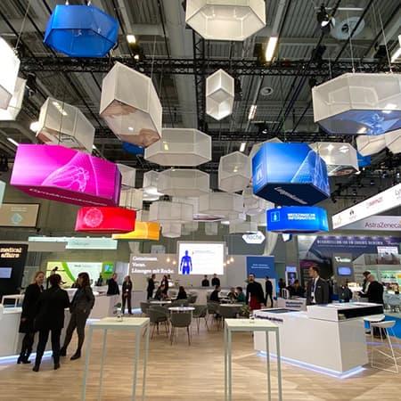 Deckenabhaengung mit LED-Elementen auf einem Messestand des Unternehmens Roche