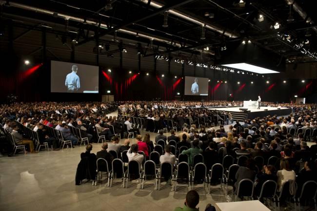 Vortrag in Messe-/ Event-Halle mit begeistertem Publikum