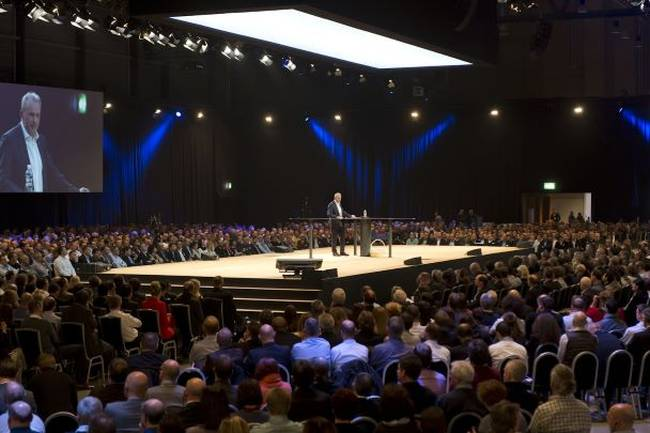 Ein Vortragender steht auf der Bühne und hält einen Vortrag vor den Teilnehmern des Swisscom Events in der Messe Luzern in der Schweiz.