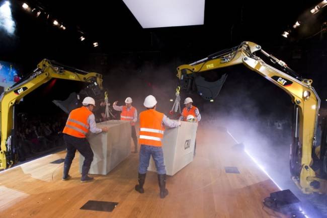 Bei einem Swisscom Event wird eine Bühne von fleißigen Bauarbeitern mit Hilfe von Kränen aufgebaut. Eine tolle Inszenierung.