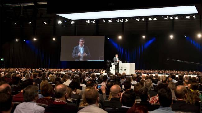 Ein Vortrag wird vor großer Menge gehalten beim Swisscom Event in der Messe Luzern Schweiz.