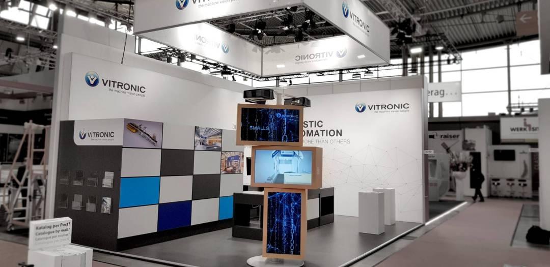 Vitronic Messestand mit medialer Produktinszenierung von commacross